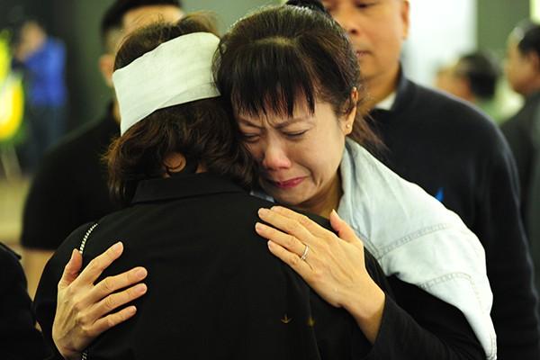 Diễn viên Hương Tươi ôm người thân NSND Anh Tú khóc nghẹn