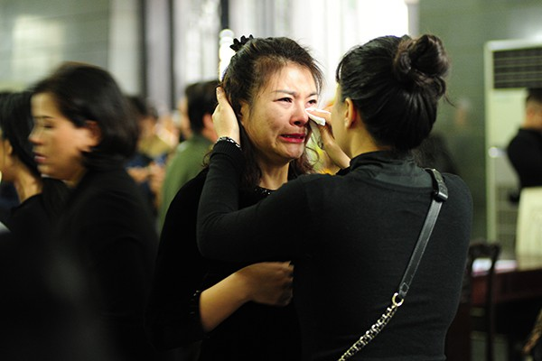 Diễn viên Kim Oanh khóc không ngừng khi nhìn mặt đồng nghiệp lần cuối