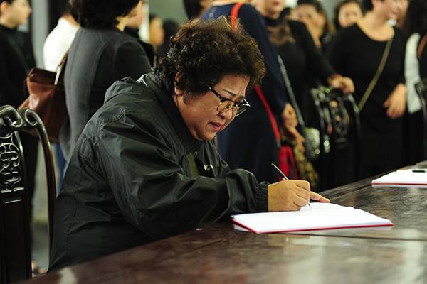 Nghệ sĩ Minh Vượng xúc động viết sổ tang
