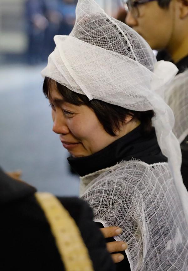 Chị Mai, vợ của cố nghệ sĩ rớt nước mắt mỗi khi đồng nghiệp của chồng chia sẻ sự mất mát.