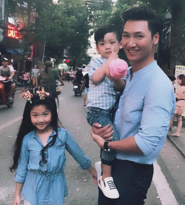 Hình ảnh đời thường của diễn viên Mạnh Trường và 2 con.