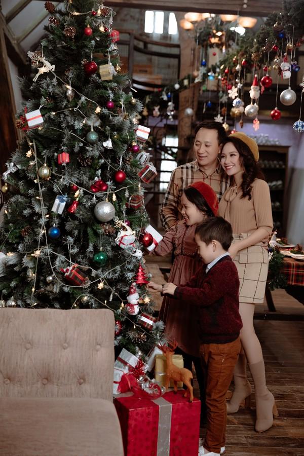 Gia đình Mỹ Lan hạnh phúc trong không khí giáng sinh.