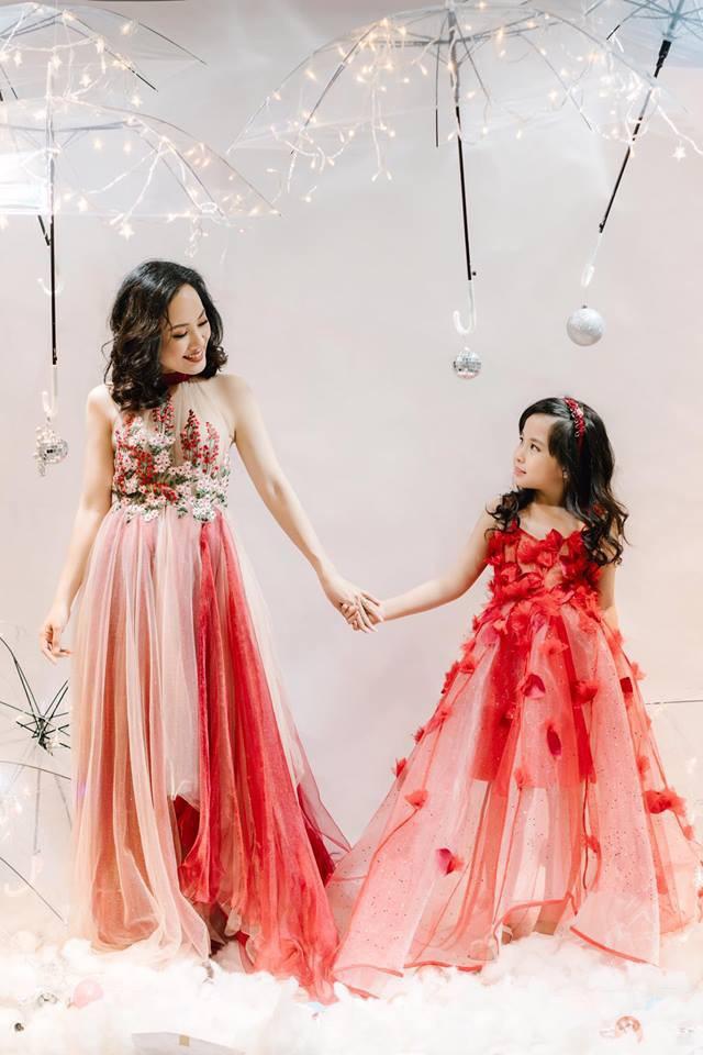 Hoài Anh coi con gái như 1 người lớn, trò chuyện nhiều với bé và để cho bé có chính kiến riêng, thể hiện quan điểm cá nhân của mình.