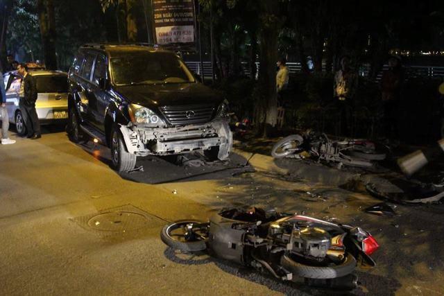 Hiện trường vụ ô tô Lexus gây tai nạn liên hoàn ở phố Trích Sài, Hà Nội. Ảnh: PV