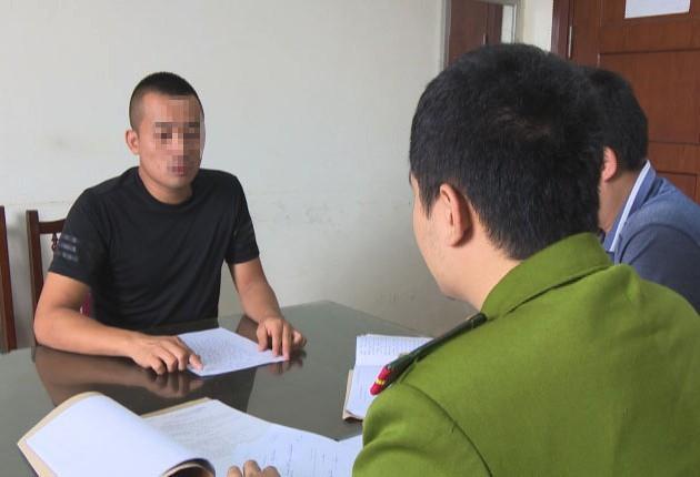 Đối tượng Sơn đến Cơ quan CSĐT Công an tỉnh Quảng Ninh đầu thú sau 7 năm lẩn trốn. Ảnh: Lương Giang