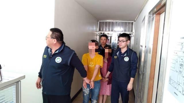Người mặc áo vàng, một trong số các du khách Việt Nam mất tích, bị bắt khi đang ở cùng bạn bè. Ảnh: Apple Daily.