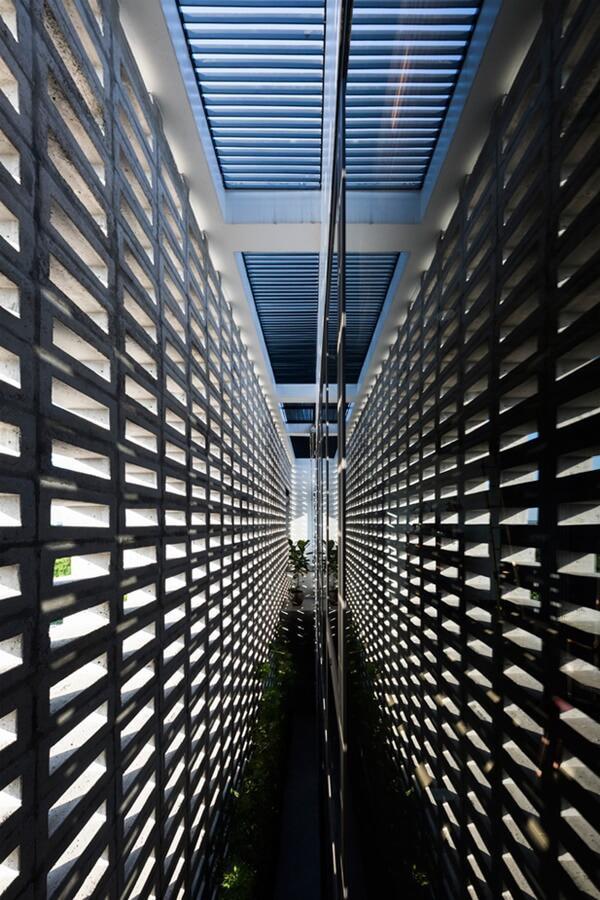 Các kiến trúc sư đã thiết kế tường 2 lớp đặc biệt, lớp ngoài là tường rỗng, nhiều lỗ thủng, lớp trong là tường kính chắn bụi, chắn gió vào mùa đông. Tường rỗng bố trí ở nơi đón gió, tường đặc đặt ở nơi chịu nắng.