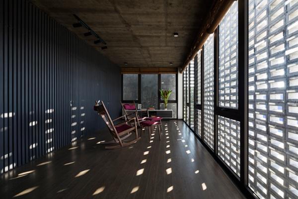 Khi ánh nắng chiếu xiên qua tường sẽ tạo nên hiệu ứng bóng đổ và hoa nắng tuyệt đẹp.