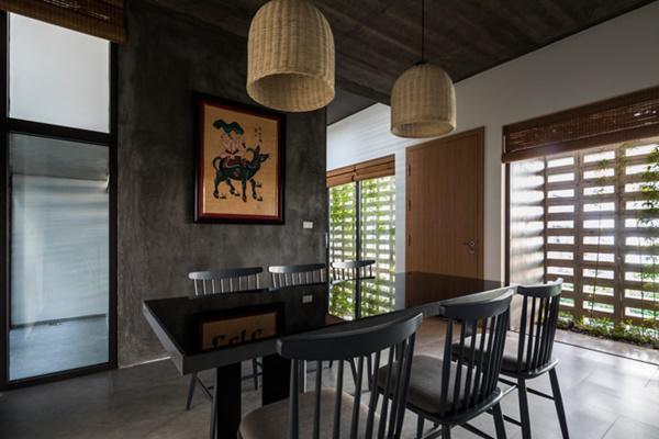 Khu vực phía sau gồm có 1 phòng bếp, bàn ăn và phòng ngủ.