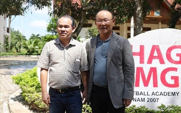 Chính Bầu Đức (trái) là người đưa HLV Park Hang Seo về dẫn dắt đội tuyển Việt Nam.