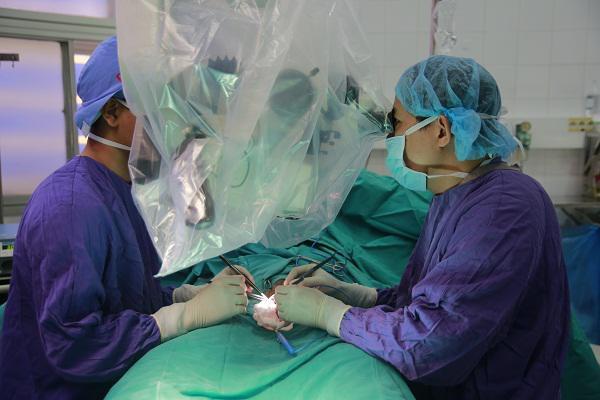 Các bác sĩ đang tiến hành phẫu thuật cắt bỏ tinh hoàn cho cháu bé.