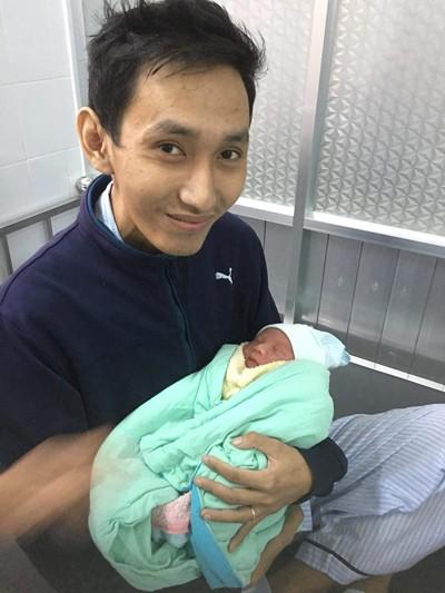 Nhật hạnh phúc trong khoảnh khắc bế con chào đời 24/12 năm ngoái. Ảnh: M.N
