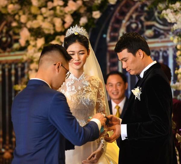 Cô dâu diện váy cưới hàng hiệu có giá trị lớn trong đám cưới.