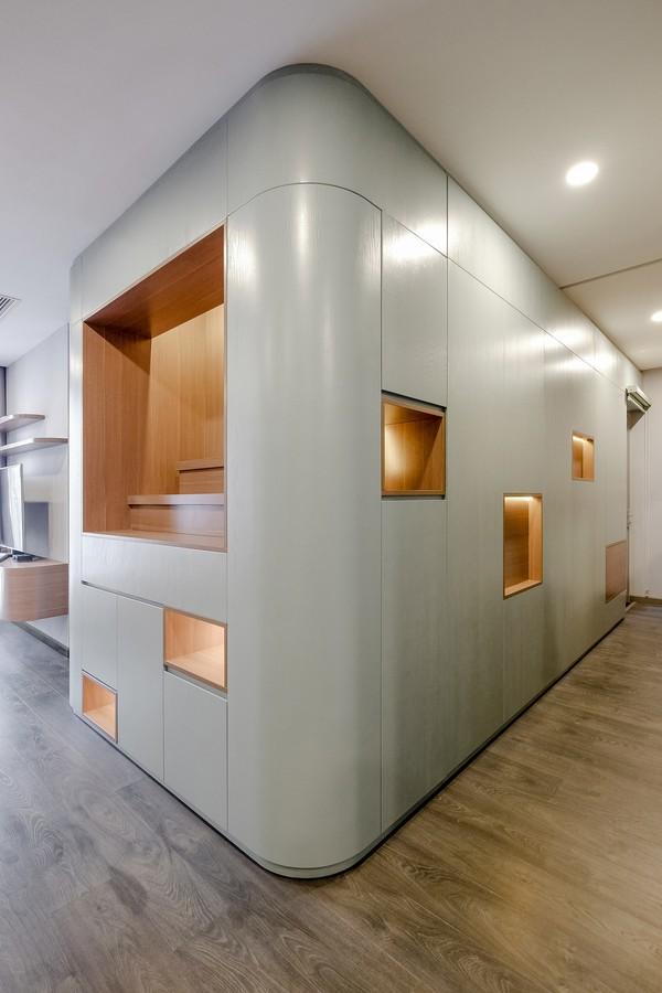 Các kiến trúc sư đã đưa một hệ tường/tủ tích hợp vào khu vực trung tâm của căn hộ, nơi có tiềm năng kiểm soát được sự liên kết giữa các không gian xung quanh nhiều nhất. Các mặt của hệ tủ này tương tác trực tiếp với từng khu vực (hai phòng ngủ, khu vực phòng ăn) với các tính chất khác nhau. Nhà vệ sinh của phòng ngủ chính dường như lọt thỏm trong hệ tủ đặc biệt này.