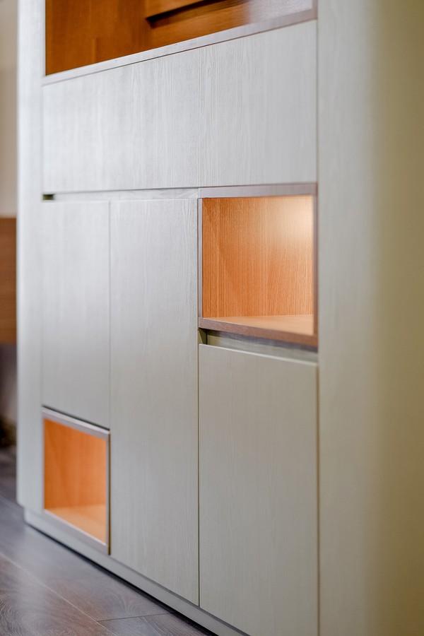 Ngoài việc lưu trữ đồ kín đáo bên trong tủ, xung quanh tủ có nhiều hốc nhỏ để trang trí và trưng bày đa chức năng, giúp nâng tiện ích cho các khu vực mà nó chạy xuyên qua.