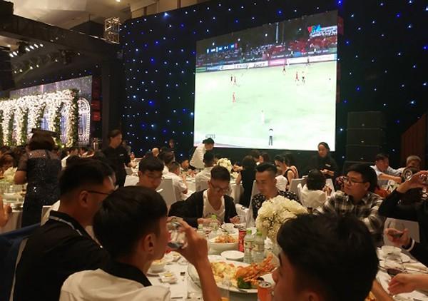 Đám cưới Á hậu Thanh Tú quyết định chiếu trực tiếp trận Bán kết lượt đi giữa Việt Nam và Philippines phục vụ khách mời.
