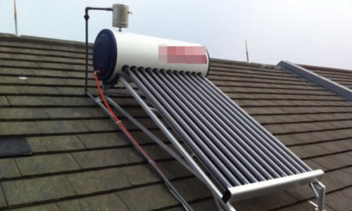 Vào thời gian mùa đông, nếu lắp thêm một điện trở, gia chủ vẫn có thể sử dụng nước nóng từ bình năng lượng mặt trời. Ảnh: solarquotes.