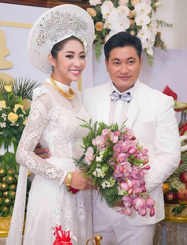 Chồng sắp cưới của Đặng Thu Thảo làm nhiều lĩnh vực khác nhau. Anh từng tham gia đóng phim nhưng hiện tập trung phát triển lĩnh vực kinh doanh vật liệu xây dựng tại An Giang.