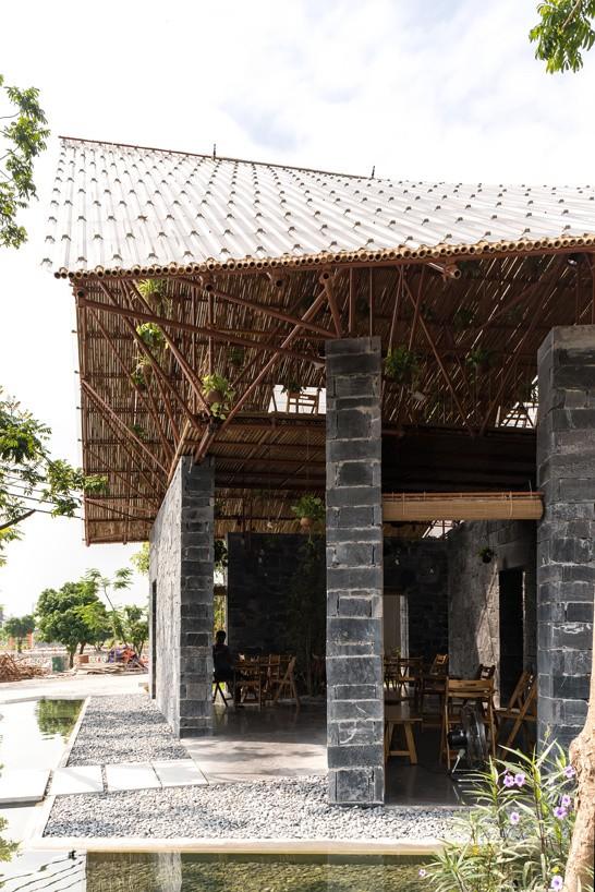 Trên cùng lợp mái polycarbonate trong suốt, có hệ thống phun nước và phun sương để rửa mái và làm mát trong những ngày hè nắng nóng.
