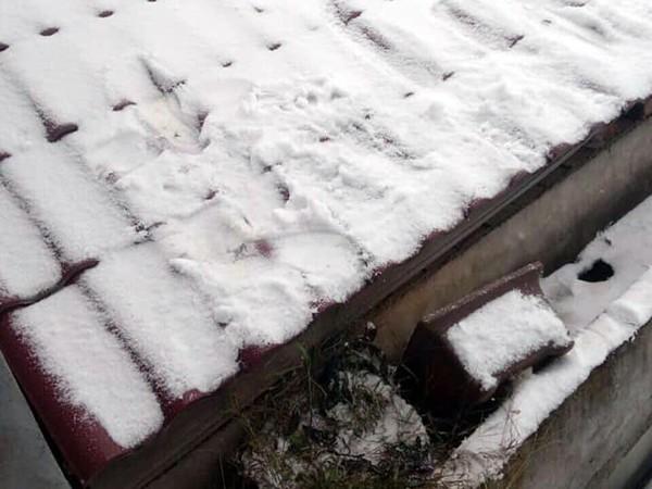 Mái nhà phủ tuyết trắng xóa trên đỉnh Mẫu Sơn. Ảnh: T.T.Linh