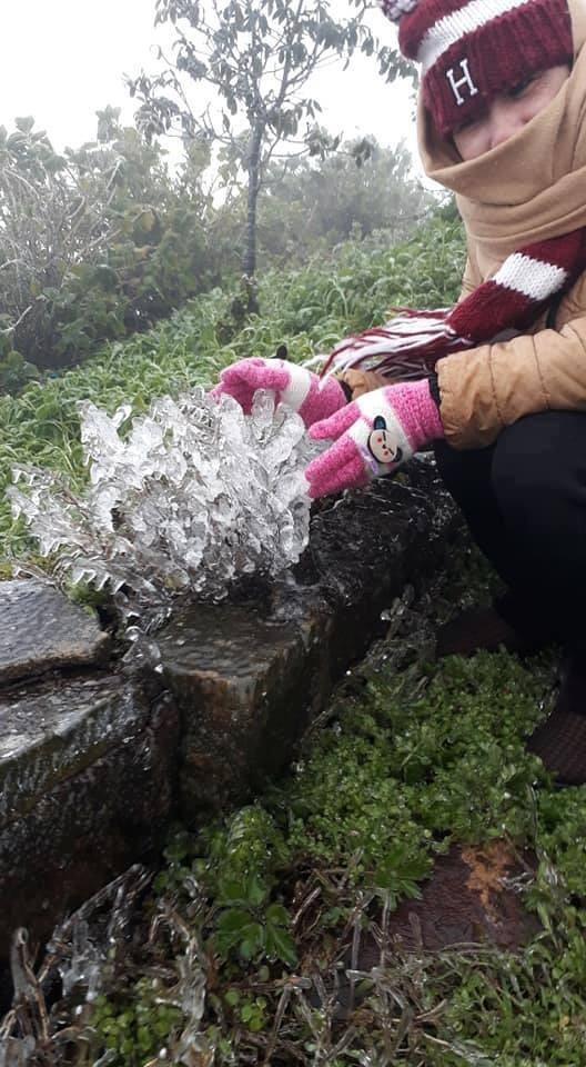 Du khách tìm về Mẫu Sơn để chờ ngắm tuyết. Ảnh: T.T.Linh