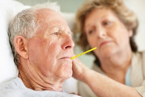 Người có tuổi nếu bị nhiễm lạnh hoặc thay đổi nóng lạnh đột ngột sẽ bị cảm cúm với các triệu chứng như hắt hơi, nghẹt mũi, đau họng, ho, có thể sẽ sốt. Khi bị cảm nặng, bệnh nhân sốt cao, dẫn đến nhức đầu, đau cổ, đau các khớp chân tay hoặc đau khắp người, chán ăn, hoa mắt...