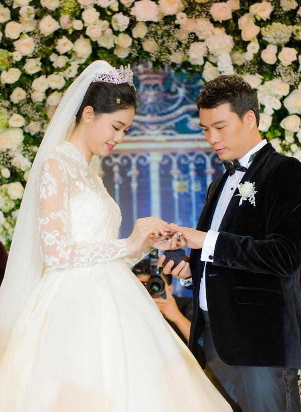Cả hai yêu nhau tròn một năm rồi quyết định đi đến hôn nhân. Khác với nhiều mỹ nhân Vbiz khác, sau khi kết hôn Thanh Tú vẫn sẽ tiếp tục theo đuổi sự nghiệp của mình.