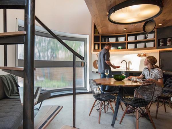 Kaiser cũng tự tay thiết kế và làm hầu hết đồ nội thất để phù hợp nhất với sở thích và kiểu dáng đặc biệt của căn nhà.