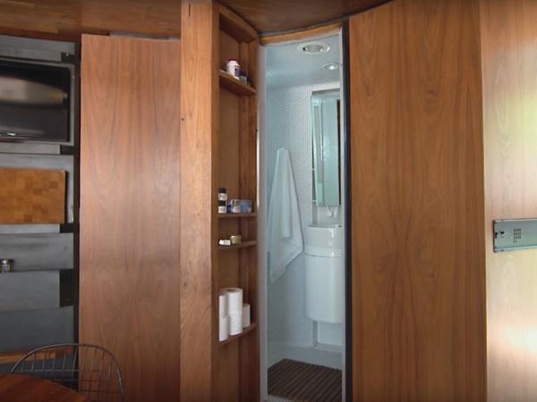 Phòng tắm nằm ẩn sau môt cánh cửa sát tủ bếp.