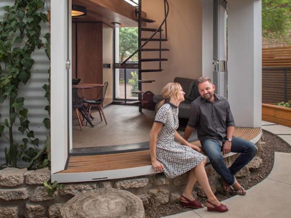 Đôi vợ chồng trẻ cảm thấy gắn kết hơn khi cùng chung sống trong một không gian nhỏ.