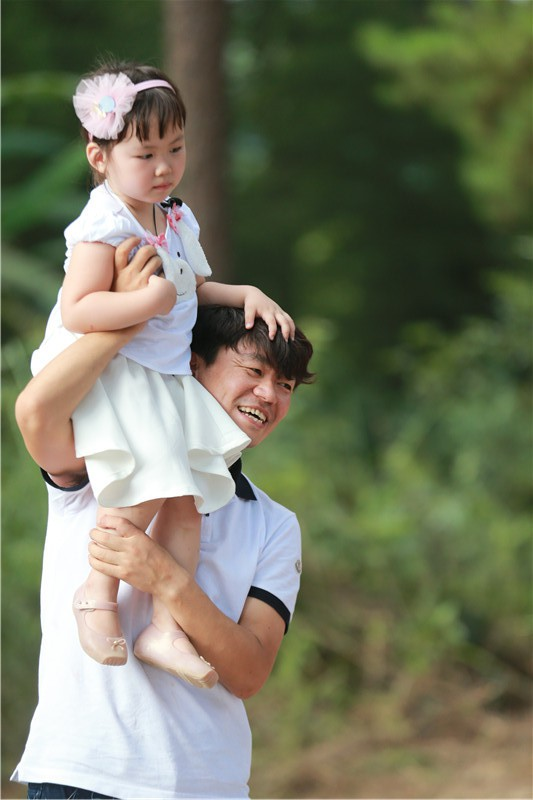 Vương Bảo Cường cùng con gái trong Bố ơi mình đi đâu thế.