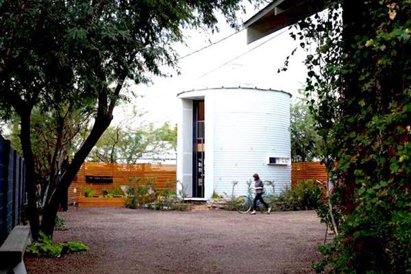Toàn bộ mặt ngoài của ngôi nhà được sơn một lớp cách nhiệt để giảm ảnh hưởng của sức nóng vào mùa hè.