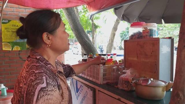 Bà Bùi Thị Lanh, người phát hiện sự việc kể lại.