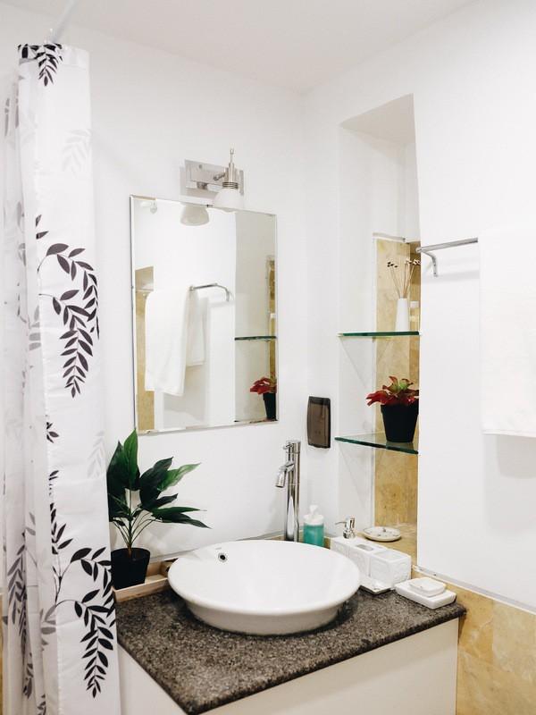 Phòng tắm được khoác lớp áo mới ấn tượng hơn nhiều so với trước, không còn dấu vết của những lớp mốc meo.