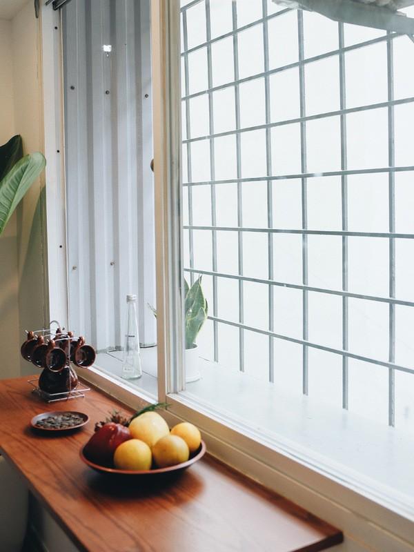 Một chiếc kệ gỗ được đóng thêm cạnh cửa sổ giúp gia chủ có thể thong thả uống trà, thưởng thức ăn ngắm khung cảnh bên ngoài.