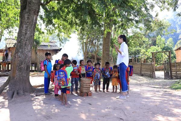 Hoa hậu Tiểu Vy trò chuyện cởi mở với các em nhỏ tại Bản Nịu.