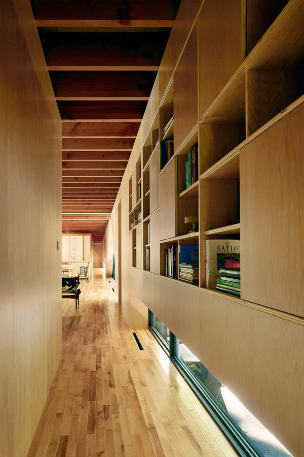Một hành lang lớn chạy dọc suốt nhà nối liền các không gian với nhau.