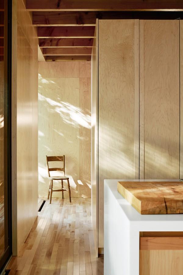 Sàn nhà làm bằng gỗ phong với màu sáng, trần nhà gỗ có màu đậm hơn. Tất cả mang lại cảm giác ấm cúng, mộc mạc. Nguồn gỗ làm nhà được lấy ngay tại địa phương.