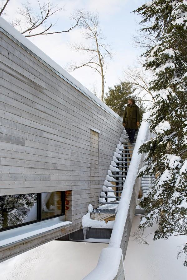 Cầu thang bên ngoài nhà làm bằng kim loại, dẫn lên mái và được thiết kế như một đài quan sát, để người đứng ở đây dễ dàng nhìn ra khung cảnh xung quanh.
