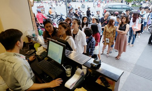 Cảnh xếp hàng mua trà sữa trên một con phố tại TP HCM. Ảnh: Phương Đông