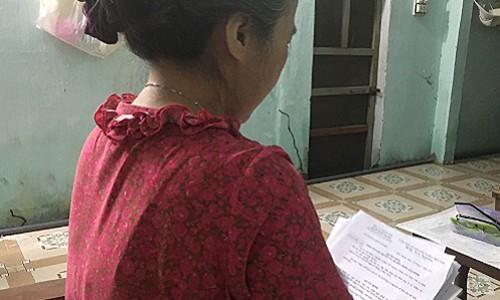 Bà Linh với tập hồ sơ xin ly hôn của mình. Bà cho biết nhiều lần muốn gọi hỏi thăm chồng nhưng không dám vì ngại. Ảnh: P.T.