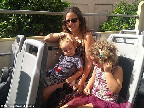 Rachel và hai con nhỏ. Ảnh: Mercury Press & Media.