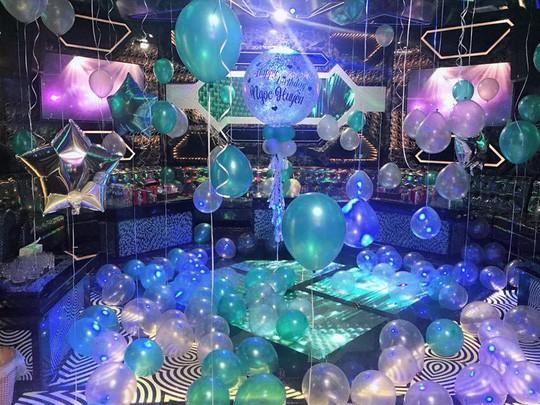 Bên trong quán karaoke được thiết kế như một điểm ăn chơi của giới có tiền