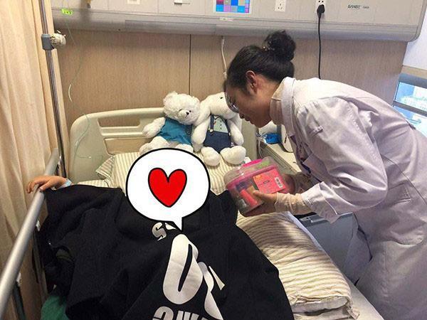 Nghiên Nghiên được các bác sĩ tận tình săn sóc trong thời gian điều trị tại bệnh viện.