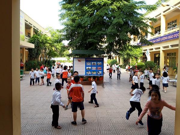 Sân trường tiểu học Quang Trung trong giờ ra chơi. Ảnh: Q.A