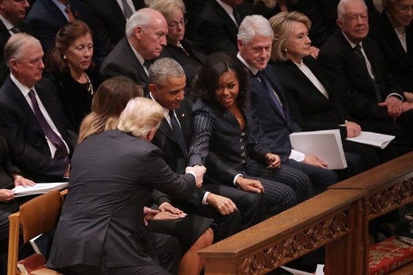 Tổng thống Donald Trump bắt tay Michelle Obama. Được biết, trong cuốn sách mới của mình, cựu Đệ nhất phu nhân đã chỉ trích Trump vì ông từng thúc đẩy thuyết âm mưu rằng Obama không sinh ra ở Mỹ nên không đủ tiêu chuẩn làm Tổng thống.