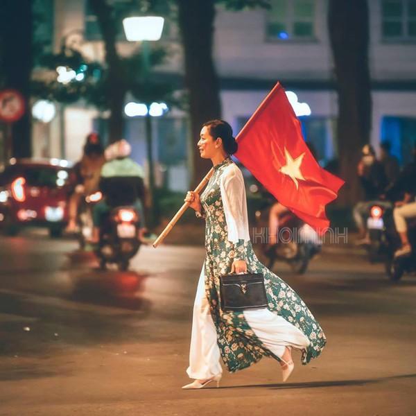 Mới đây giới trẻ phát cuồng với hình ảnh đẹp của diễn viên Chiều Xuân. Đây là bức hình chị để hình đại diện Facebook nhằm cổ vũ đội tuyển Việt Nam tại AFF Cup.