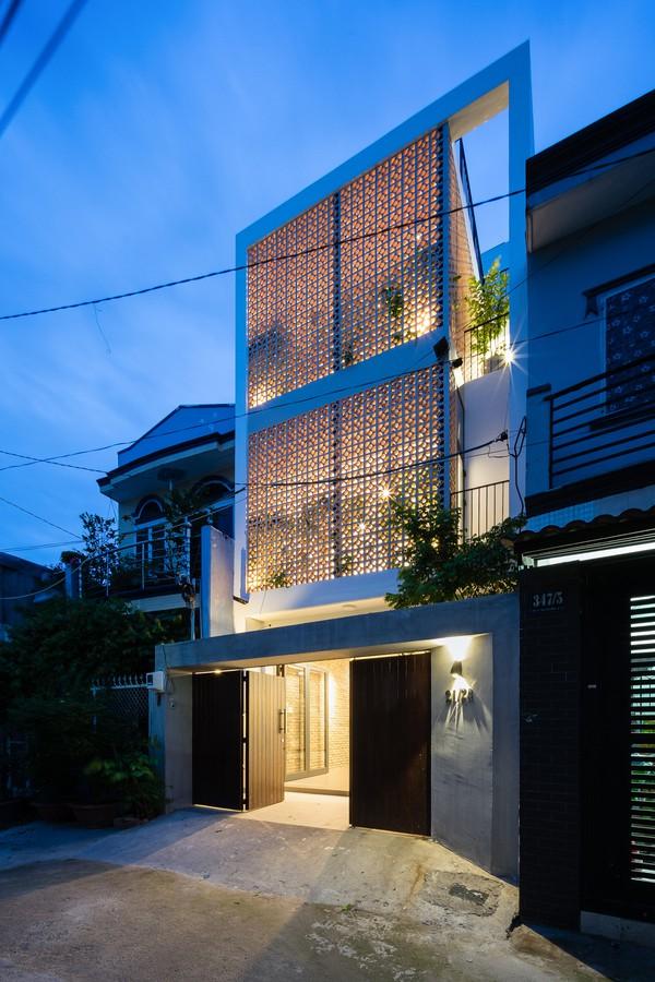 Ngôi nhà hướng chính Tây. Kiến trúc sư Nguyễn Hữu Công Khanh cùng đội ngũ thi công của K+ Architects đã sử dụng một mảng gạch thông gió lớn như để che nắng nhưng vẫn đảm bảo thông gió tự nhiên cũng như tạo hiệu ứng trang trí cho nhà.