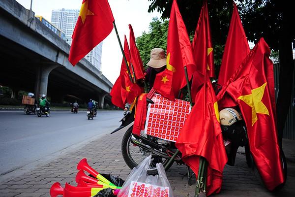 Một điểm bán vật dụng cổ động bóng đá trên đường Nguyễn Xiển.