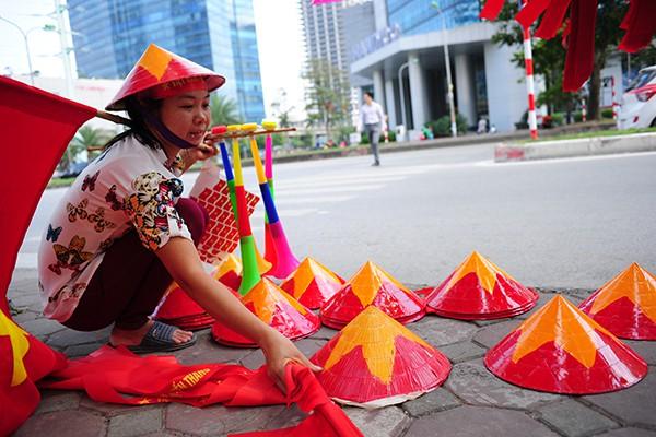 Những chiếc nón lá in cờ đỏ sao vàng được bán với giá 30.000 đồng/chiếc.